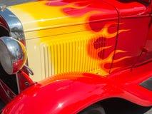 在一辆经典汽车的火焰 免版税库存照片