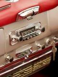 在一辆经典汽车的老汽车收音机。 免版税库存照片