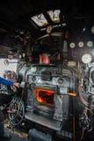 在一辆经典蒸汽机车的小室里面与 免版税库存图片
