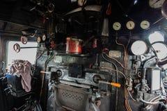 在一辆经典蒸汽机车的小室里面 图库摄影