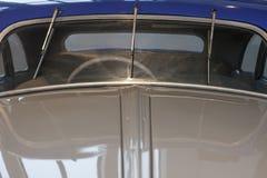 在一辆经典豪华汽车的三个刮水器细节 库存图片