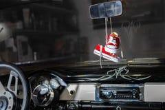 在一辆经典雪佛兰汽车的童鞋 库存照片