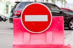 在一辆黑汽车的圆的禁止的交通标志 免版税库存照片