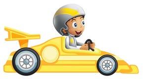 在一辆黄色赛车的男孩骑马 皇族释放例证