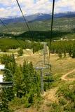 在一辆滑雪电缆车上面在夏天 库存照片