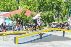 在一辆BMX自行车的骑自行车者骑马在skatepark 图库摄影