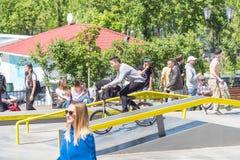 在一辆BMX自行车的骑自行车者骑马在skatepark 库存照片