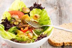 在一道混杂的蔬菜沙拉的嫩煎的抱子甘蓝 免版税库存照片
