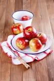 在一金属片的红色苹果在木背景 库存照片