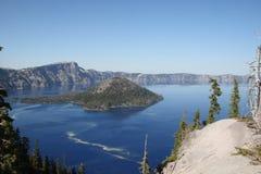 在一镇静日的Crater湖 免版税库存照片