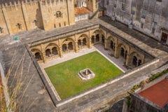 在一间修道院的鸟瞰图Sé Velha的经典修造的大教堂的;在科英布拉,葡萄牙 库存照片
