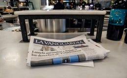 在一间公众酒吧客栈的桌上的La Vanguardia西班牙报纸 免版税库存照片