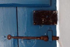 在一间老农舍的木门的古色古香的锁 免版税库存图片
