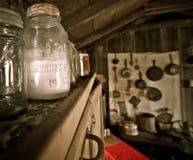 在一间老客舱的古色古香的金属螺盖玻璃瓶 免版税库存图片