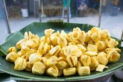 在一间陈列室的新鲜的波罗蜜在坚果,曼谷,泰国的出售的 库存图片