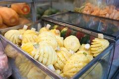 在一间陈列室的新鲜的菠萝在坚果,曼谷,泰国的出售的 库存图片