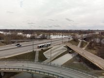 在一阴沉的天期间,桥梁建设中在里加,拉脱维亚 免版税库存图片