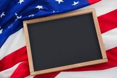 在一面美国国旗的空白石板 库存照片