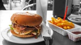 在一顿充分的膳食的完善的牛肉汉堡 库存照片