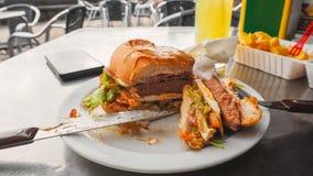 在一顿充分的膳食的完善的牛肉汉堡 免版税库存照片