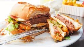 在一顿充分的膳食的完善的牛肉汉堡 免版税库存图片