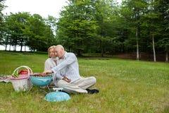 在一顿室外野餐的夫妇 免版税库存图片