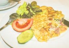 在一顿板材煎蛋卷早餐用香肠和乳酪,莴苣a 库存照片