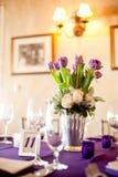 在一顿正式晚餐的紫色郁金香焦点 免版税库存照片