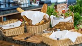 在一顿自助餐的面包在五星旅馆餐馆在Kranevo,保加利亚 免版税库存照片