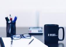 在一顿黑桌陈列断裂或早餐的咖啡在办公室 库存图片