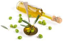 在一颗玻璃瓶和绿橄榄的橄榄油 库存照片