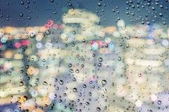 在一风暴日期间,雨下落都市看法在窗口落 库存照片