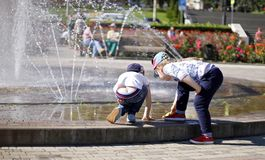 在一飞溅的fontain附近的孩子在镇的中心 库存图片