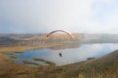 在一马达paraplane的飞行在Gorodischensky湖上 免版税库存图片