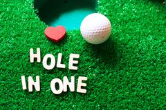 在一高尔夫球的孔 库存照片