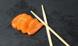 在一黑石slatter的新鲜的生鱼片 三文鱼,金枪鱼大虾和酱油 烹调日本传统 免版税库存照片