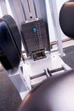 在一间专业健身房的固定式锻炼设备 免版税图库摄影