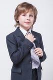在一经典衣服straigh的精力充沛的年轻成功的商人 免版税库存图片