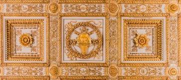 在一间大教堂的华丽金黄天花板装饰在罗马 免版税库存照片