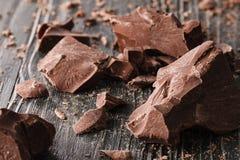 在一黑暗的backround的巧克力片 免版税库存照片