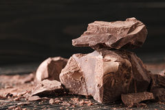 在一黑暗的backround的巧克力片 库存照片