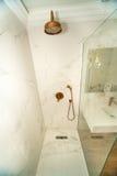 在一间标准屋子淋浴客舱在一家五星旅馆里在Kranevo,保加利亚 库存照片