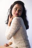 在一件白色礼服的美好的印地安女性模型 图库摄影