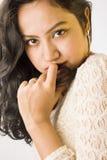 在一件白色礼服的美好的印地安女性模型 免版税图库摄影