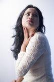 在一件白色礼服的美好的印地安女性模型 免版税库存照片