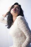 在一件白色礼服的美好的印地安女性模型 免版税库存图片