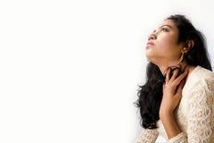 在一件白色礼服的美好的印地安女性模型 库存照片