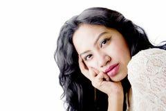 在一件白色礼服的美好的印地安女性模型 库存图片