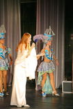 在一件白色礼服的音乐会阶段,带薄菏的榜样歌手,侈奢的歌唱者安娜Malysheva 红色 库存照片