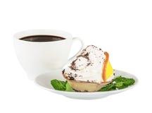 在一份白色茶碟和咖啡的奶油色桔子和巧克力蛋糕 库存图片